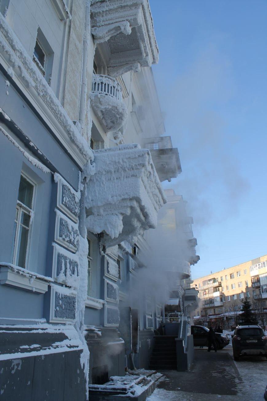 В центре Сум из-за порыва теплосети появился дом со снежными сталактитами (ФОТО), фото-1