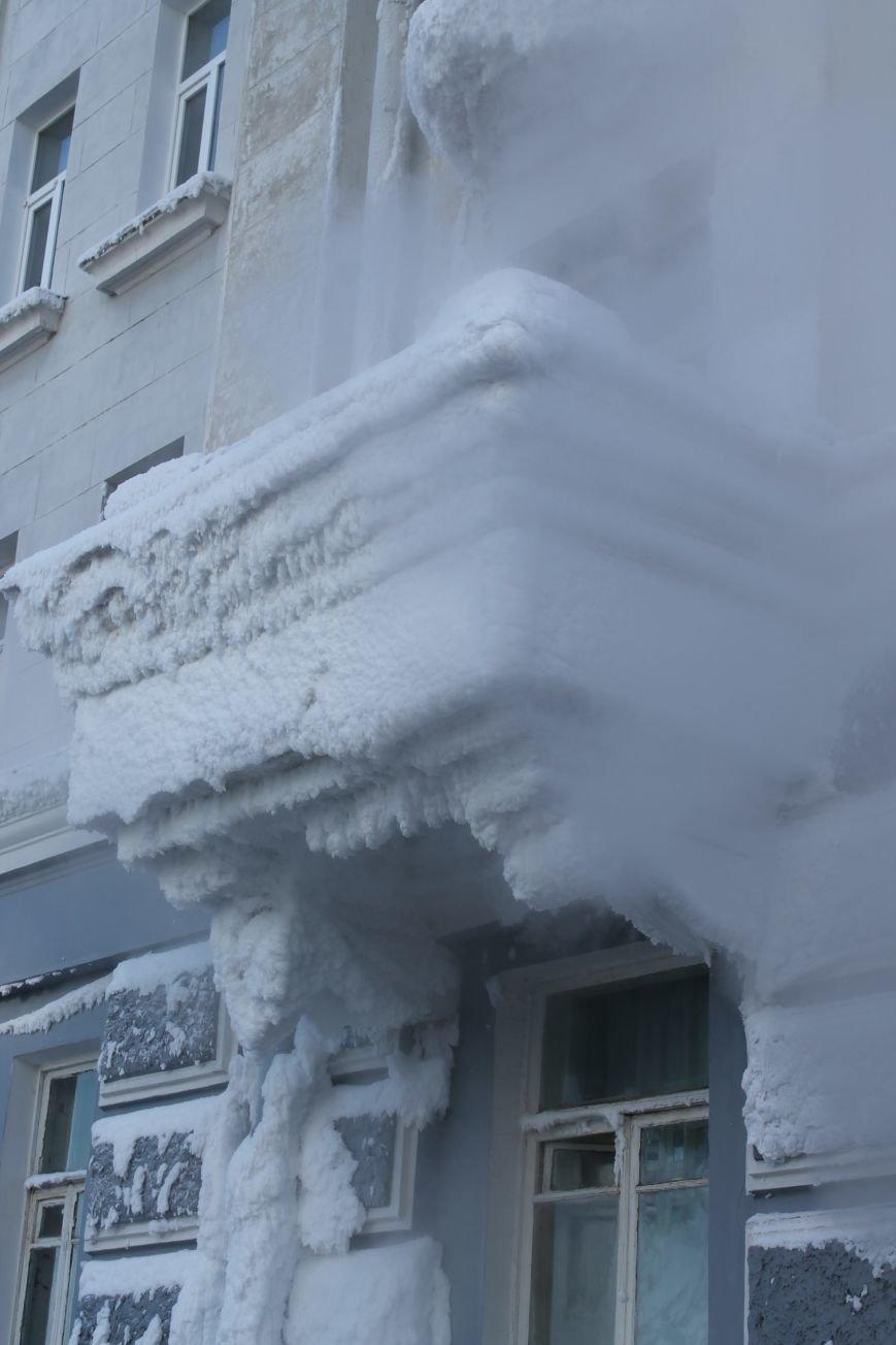 В центре Сум из-за порыва теплосети появился дом со снежными сталактитами (ФОТО), фото-3