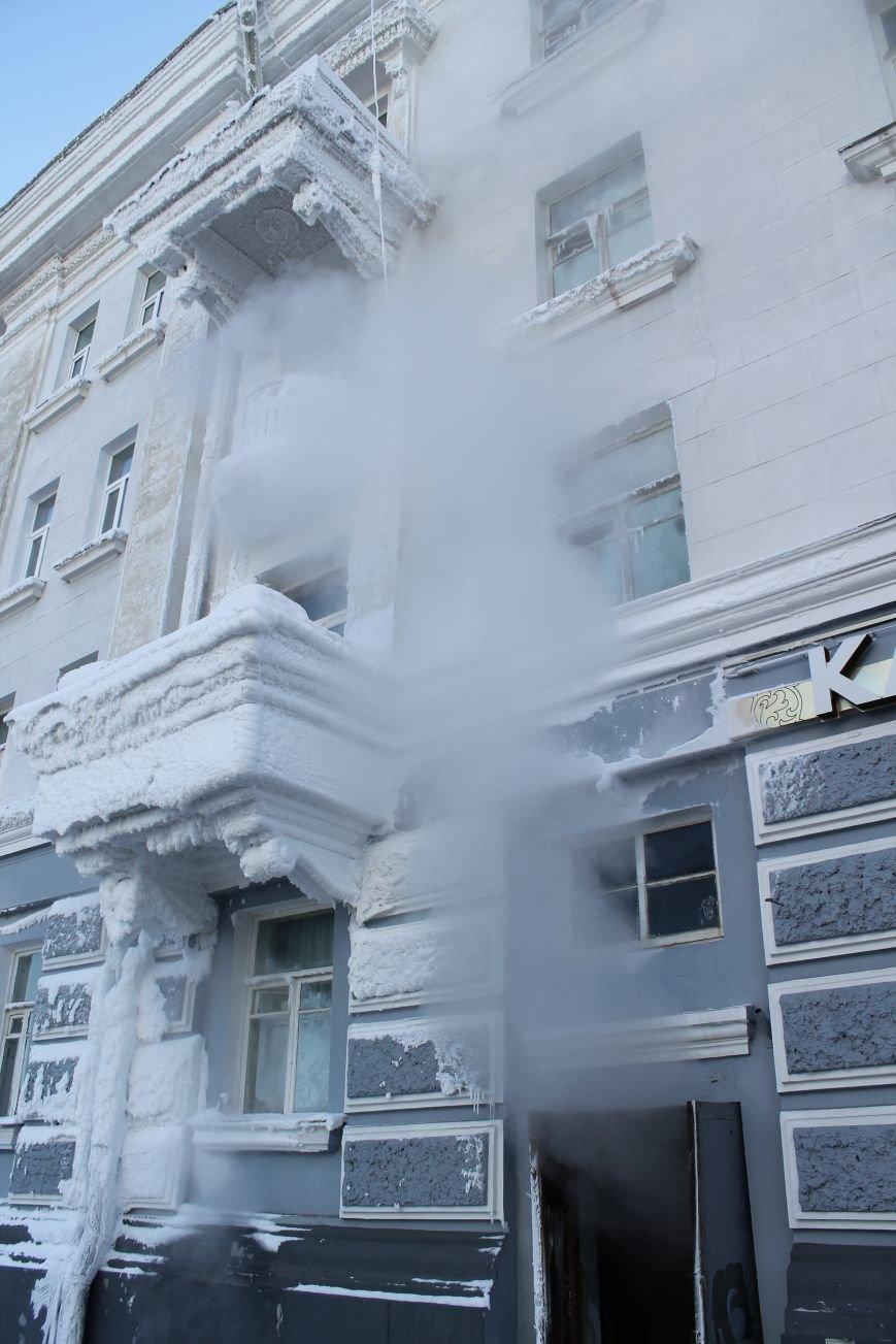 В центре Сум из-за порыва теплосети появился дом со снежными сталактитами (ФОТО), фото-2