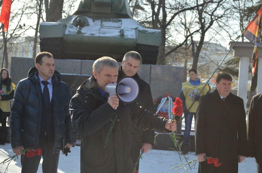 ФОТОРЕПОРТАЖ: Депутат Госдумы РФ в Симферополе принес гвоздики к памятнику-танку и поклонился защитникам города, фото-7