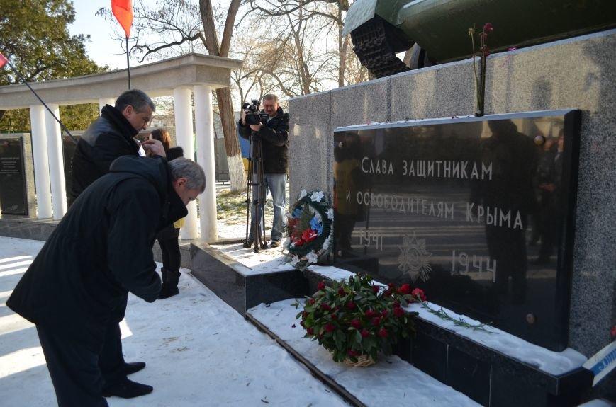 ФОТОРЕПОРТАЖ: Депутат Госдумы РФ в Симферополе принес гвоздики к памятнику-танку и поклонился защитникам города, фото-11