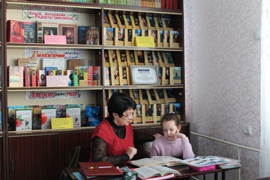 В артемовской школе №18 смогли создать самую большую библиотеку, фото-3