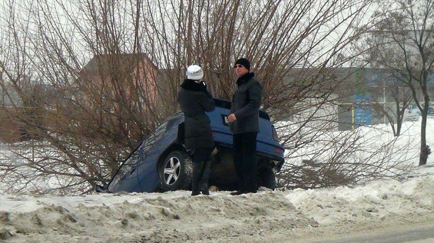 В Мариуполе  на скользкой дороге  иномарку занесло в кювет (ФОТО), фото-3