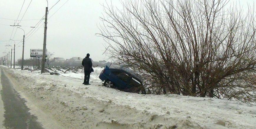 В Мариуполе  на скользкой дороге  иномарку занесло в кювет (ФОТО), фото-1