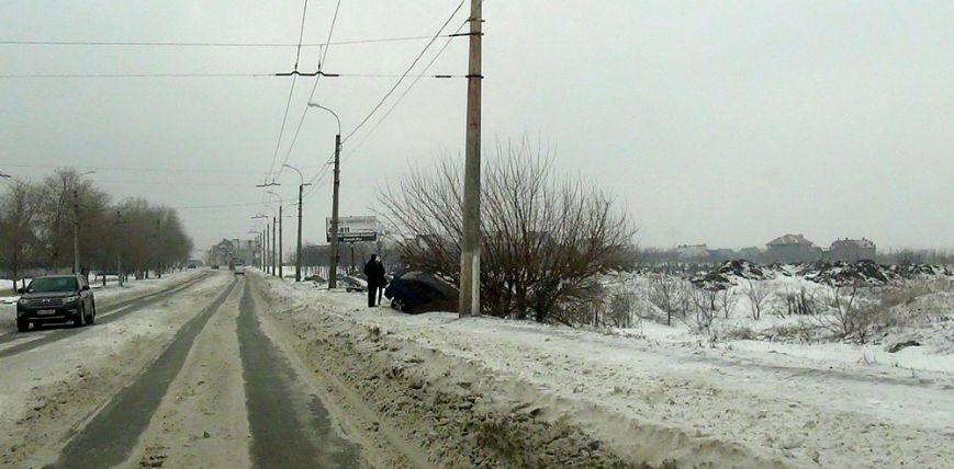 В Мариуполе  на скользкой дороге  иномарку занесло в кювет (ФОТО), фото-2