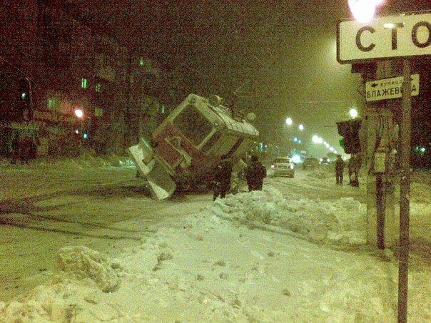 В Мариуполе на проспекте Металлугов чуть не перевернулся трамвай (ФОТО), фото-1