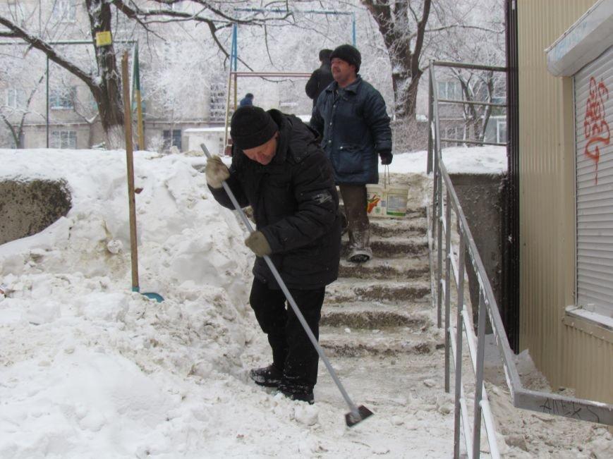 Четверговый объезд  в снежном плену: в Мариуполе  коммунальщики и журналисты забуксовали на внутридворовой дороге (Фоторепортаж), фото-4