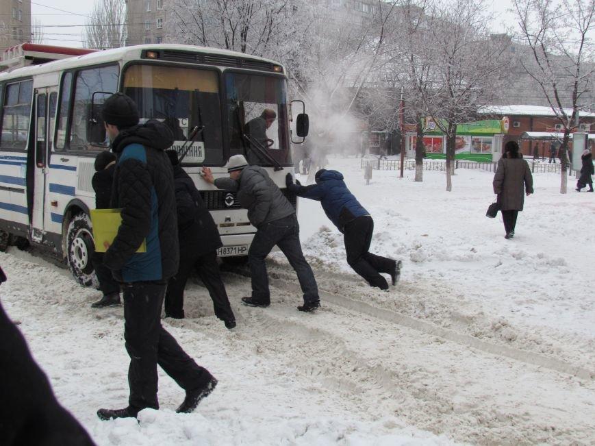 Четверговый объезд  в снежном плену: в Мариуполе  коммунальщики и журналисты забуксовали на внутридворовой дороге (Фоторепортаж), фото-1