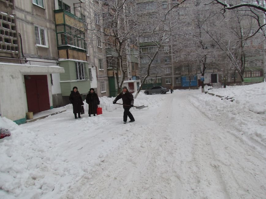 Четверговый объезд  в снежном плену: в Мариуполе  коммунальщики и журналисты забуксовали на внутридворовой дороге (Фоторепортаж), фото-7