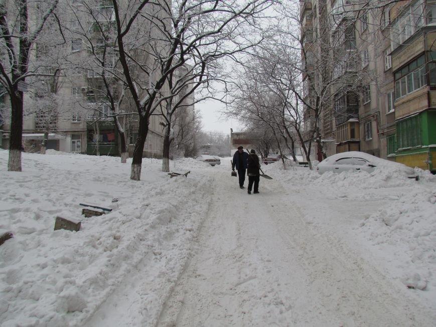 Четверговый объезд  в снежном плену: в Мариуполе  коммунальщики и журналисты забуксовали на внутридворовой дороге (Фоторепортаж), фото-6