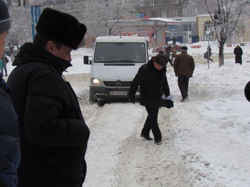 Четверговый объезд  в снежном плену: в Мариуполе  коммунальщики и журналисты забуксовали на внутридворовой дороге (Фоторепортаж), фото-2