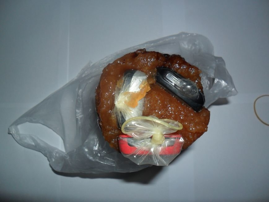 Кременчужанка передала заключённому телефоны в презервативах (ФОТО), фото-1