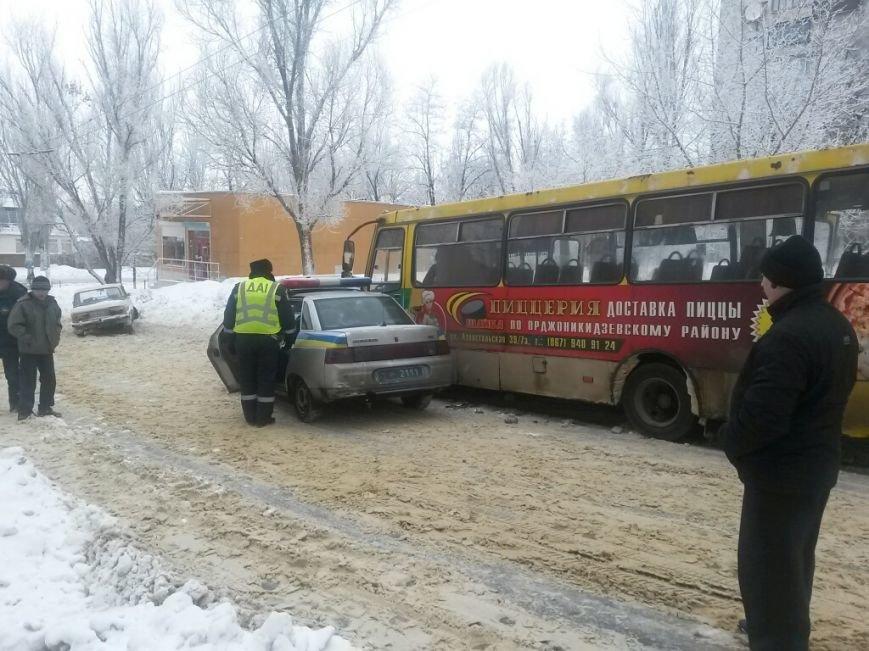 В Мариуполе маршрутка протаранила автомобиль с донецкими ГАИшниками (ФОТО), фото-2