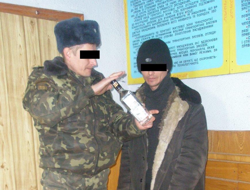 В Мариуполе из фуфайки заключенного вытащили бутылку спирта (Фотофакт), фото-1
