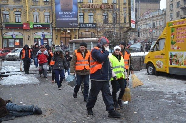«Хватить травить наших детей дымом резины!» Киевлянам так и не удалось очистить Хрещатик от баррикад (ФОТО), фото-5