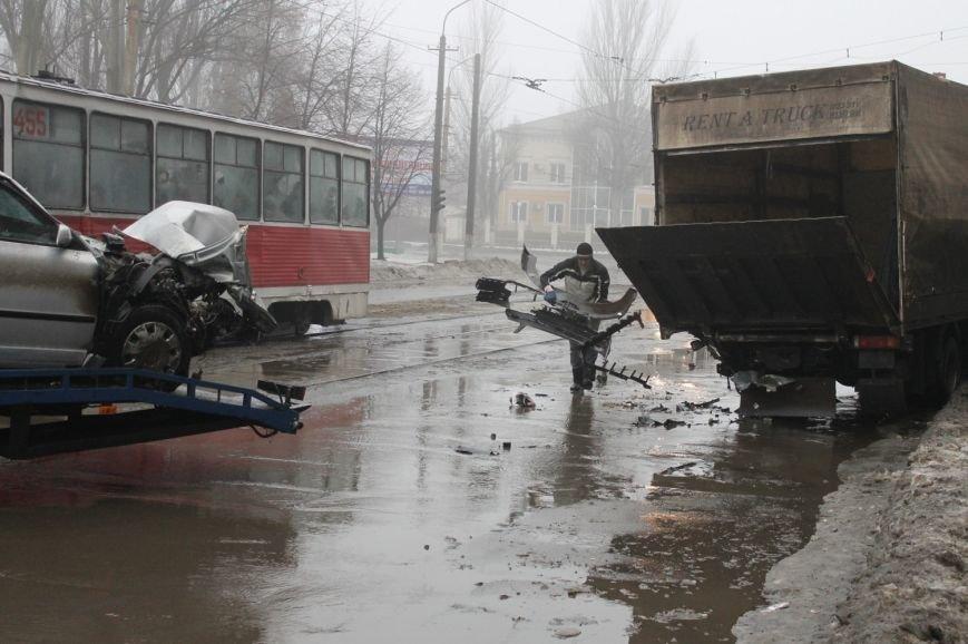 ДТП в  Кривом Роге: «Фольксваген Пассат» влетел под припаркованный грузовик (ФОТО), фото-1