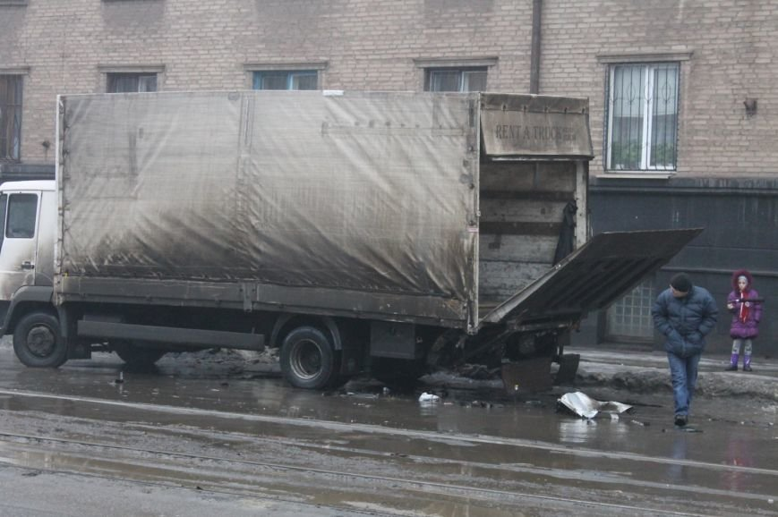 ДТП в  Кривом Роге: «Фольксваген Пассат» влетел под припаркованный грузовик (ФОТО), фото-2