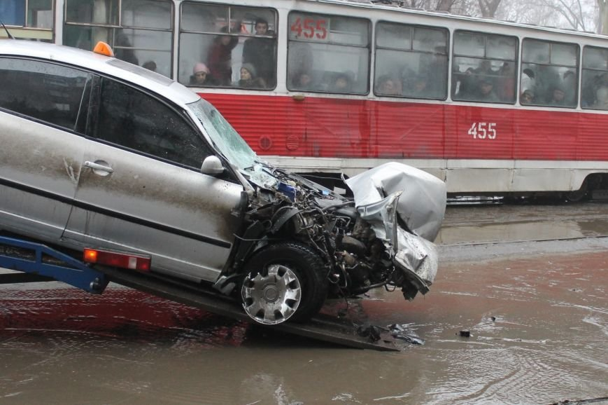 ДТП в  Кривом Роге: «Фольксваген Пассат» влетел под припаркованный грузовик (ФОТО), фото-10