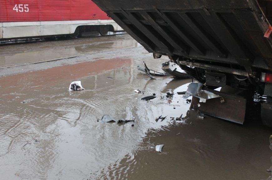 ДТП в  Кривом Роге: «Фольксваген Пассат» влетел под припаркованный грузовик (ФОТО), фото-5