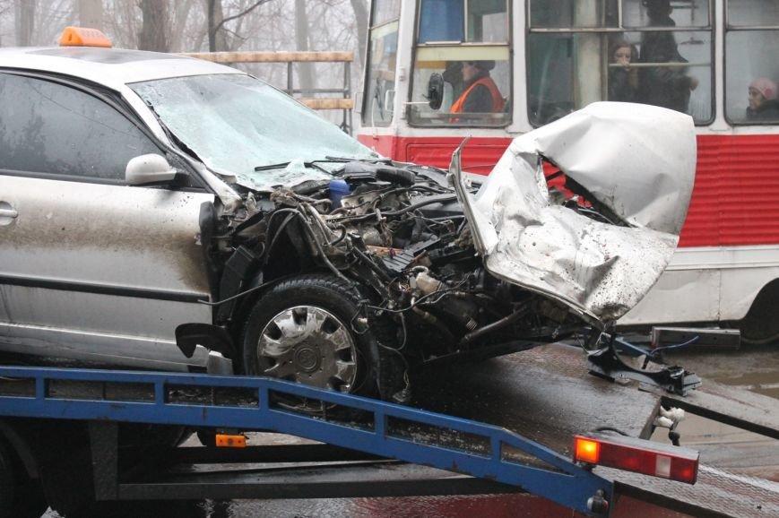 ДТП в  Кривом Роге: «Фольксваген Пассат» влетел под припаркованный грузовик (ФОТО), фото-4