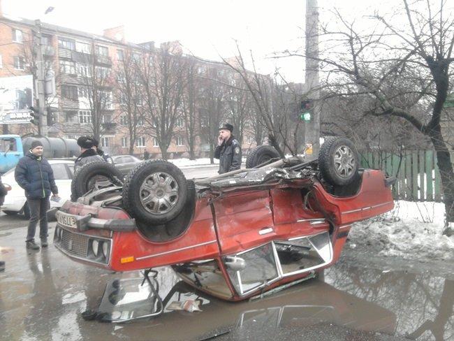В Кировограде в результате ДТП перевернулся автомобиль(фото)