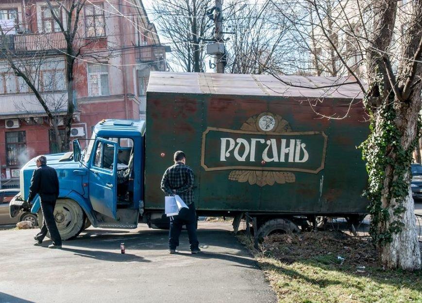 ФОТОФАКТ: В центре Симферополя едва не перевернулся грузовик с пивом, фото-4