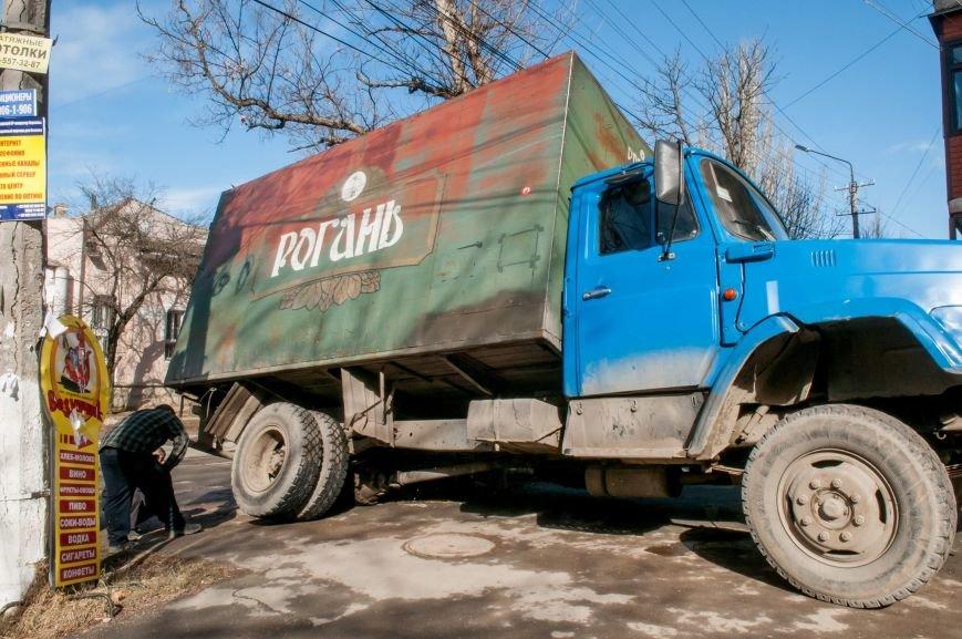 ФОТОФАКТ: В центре Симферополя едва не перевернулся грузовик с пивом, фото-2