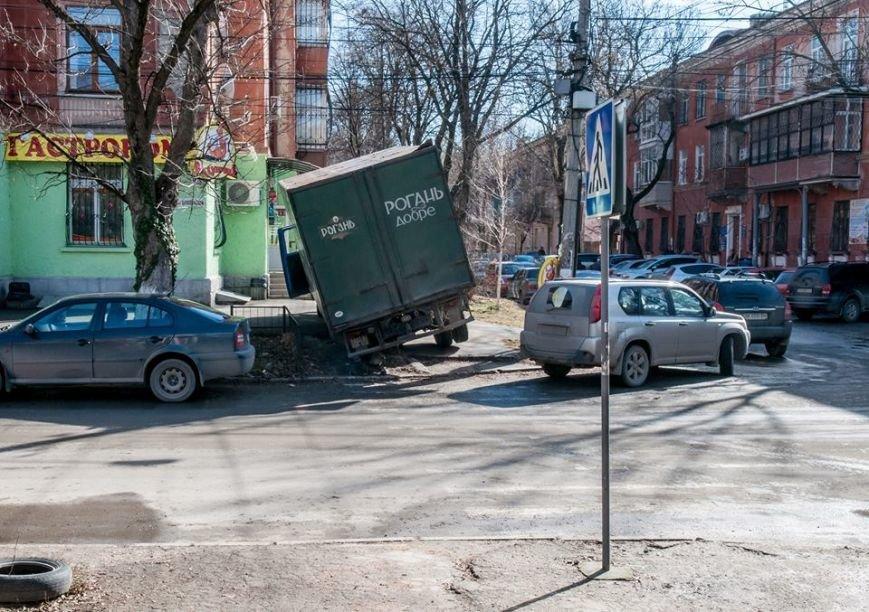 ФОТОФАКТ: В центре Симферополя едва не перевернулся грузовик с пивом, фото-1