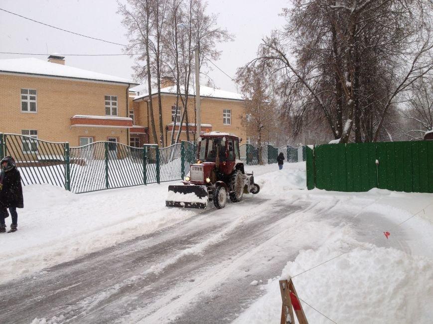 Идёт уборка улиц и дорог Домодедово после мощного снегопада, фото-1