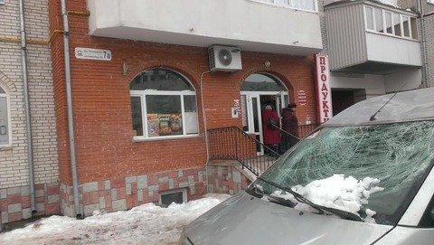 Погнутий дах та побите скло: у Тернополі величезна бурулька впала на іномарку (фото), фото-3