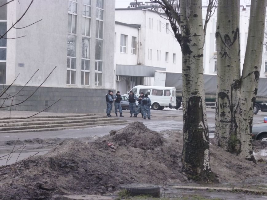 Главную площадь Красноармейска патрулирует «Беркут»: следят за порядком, а штурма админзданий не ждут (ФОТО), фото-6