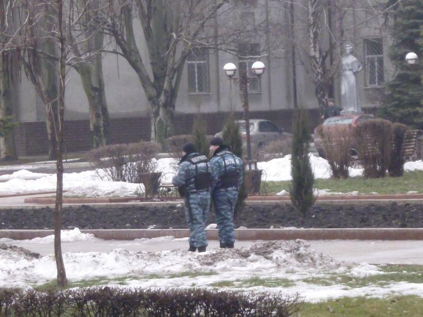 Главную площадь Красноармейска патрулирует «Беркут»: следят за порядком, а штурма админзданий не ждут (ФОТО), фото-5