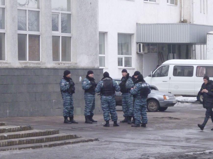 Главную площадь Красноармейска патрулирует «Беркут»: следят за порядком, а штурма админзданий не ждут (ФОТО), фото-8