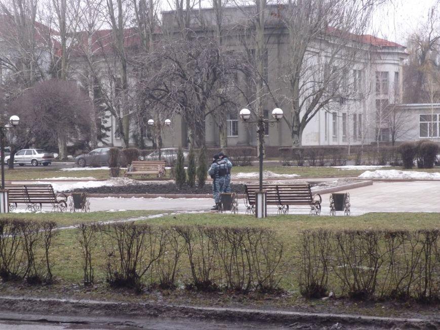 Главную площадь Красноармейска патрулирует «Беркут»: следят за порядком, а штурма админзданий не ждут (ФОТО), фото-1