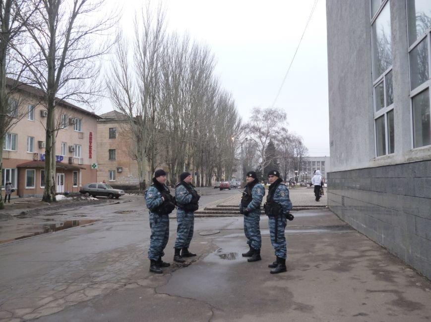 Главную площадь Красноармейска патрулирует «Беркут»: следят за порядком, а штурма админзданий не ждут (ФОТО), фото-9