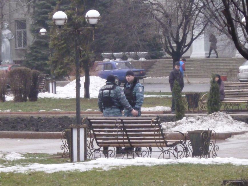 Главную площадь Красноармейска патрулирует «Беркут»: следят за порядком, а штурма админзданий не ждут (ФОТО), фото-3