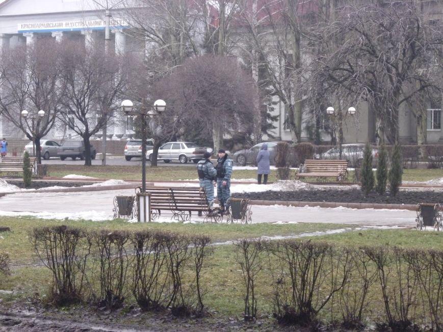 Главную площадь Красноармейска патрулирует «Беркут»: следят за порядком, а штурма админзданий не ждут (ФОТО), фото-2