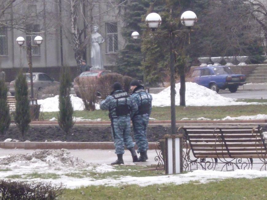 Главную площадь Красноармейска патрулирует «Беркут»: следят за порядком, а штурма админзданий не ждут (ФОТО), фото-4