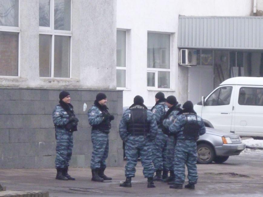 Главную площадь Красноармейска патрулирует «Беркут»: следят за порядком, а штурма админзданий не ждут (ФОТО), фото-7
