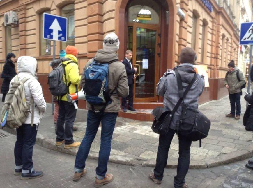 Львів'яни облили «регіональні» банки «кров'ю», щоб захистити Майю Москович  (ФОТО, ВІДЕО), фото-6