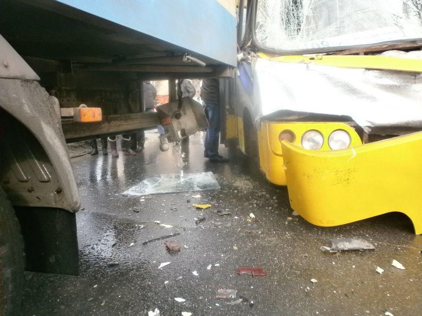 В центре Мариуполя переполненная маршрутка  №108 попала в аварию (ФОТО), фото-6
