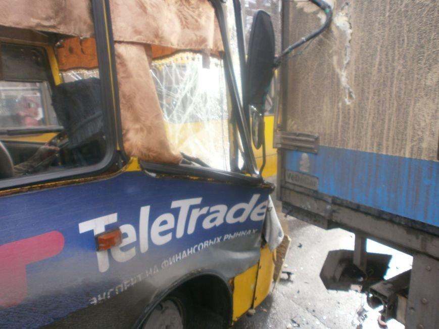 В центре Мариуполя переполненная маршрутка  №108 попала в аварию (ФОТО), фото-2
