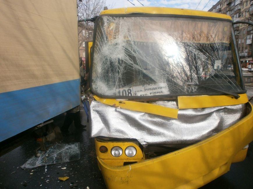 В центре Мариуполя переполненная маршрутка  №108 попала в аварию (ФОТО), фото-4