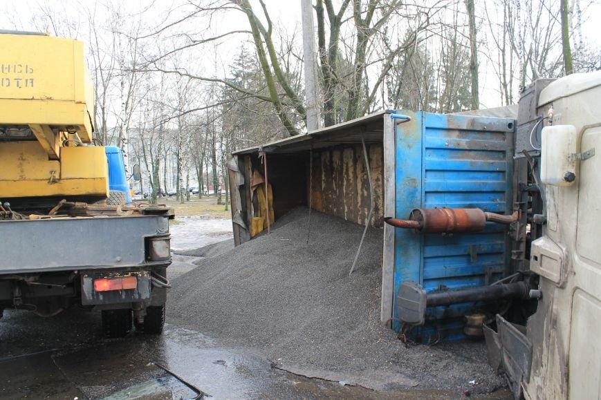 В Сумах перевернулся грузовик с почти 30 тоннами семечек (ФОТО), фото-2