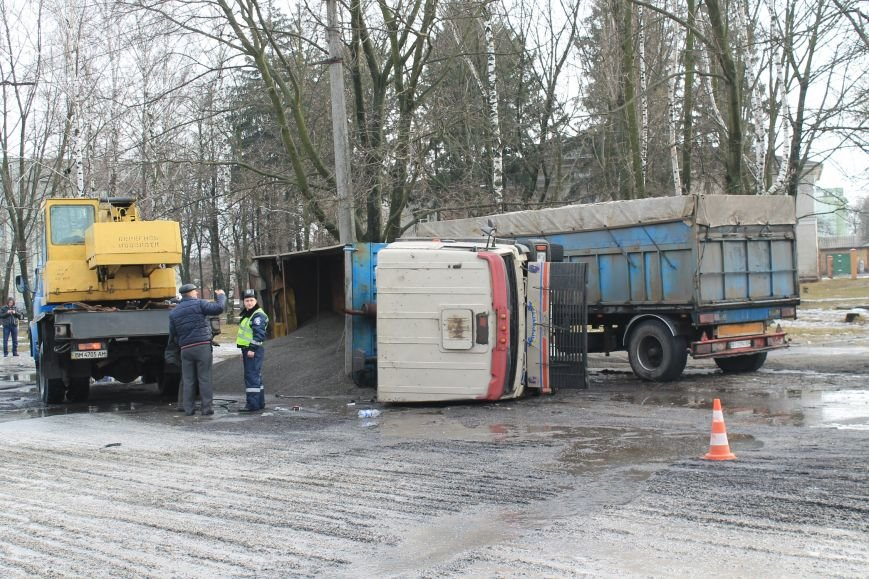 В Сумах перевернулся грузовик с почти 30 тоннами семечек (ФОТО), фото-1