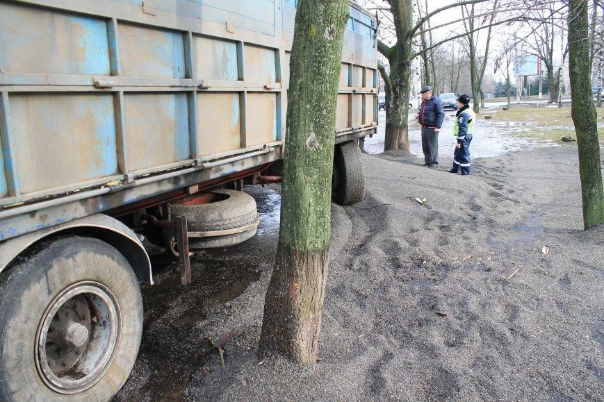В Сумах перевернулся грузовик с почти 30 тоннами семечек (ФОТО), фото-3