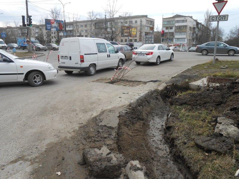 ФОТОФАКТ: В Симферополе прямо на проезжей части для водителей устроили полосу препятствий, фото-2
