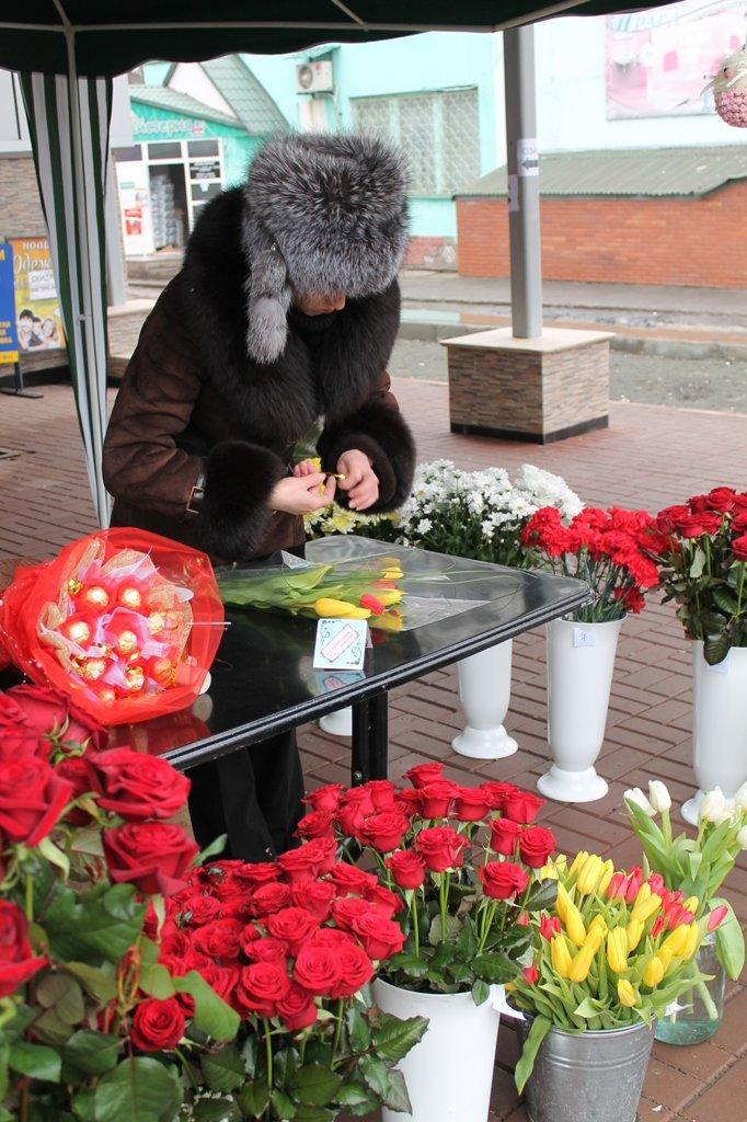ФОТОФАКТ: артемовские влюбленные скупают весенние цветы, фото-1