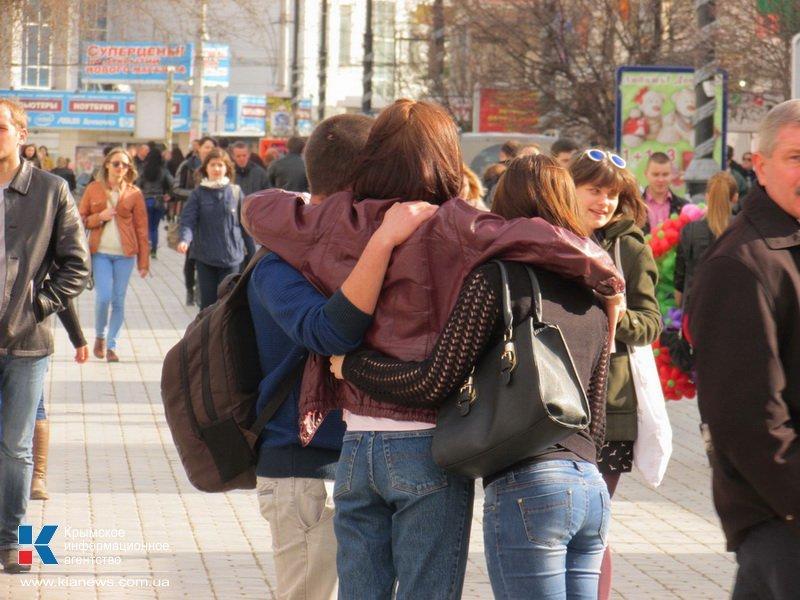 ФОТОРЕПОРТАЖ: В центре Симферополя  молодежь обнимала прохожих, фото-1