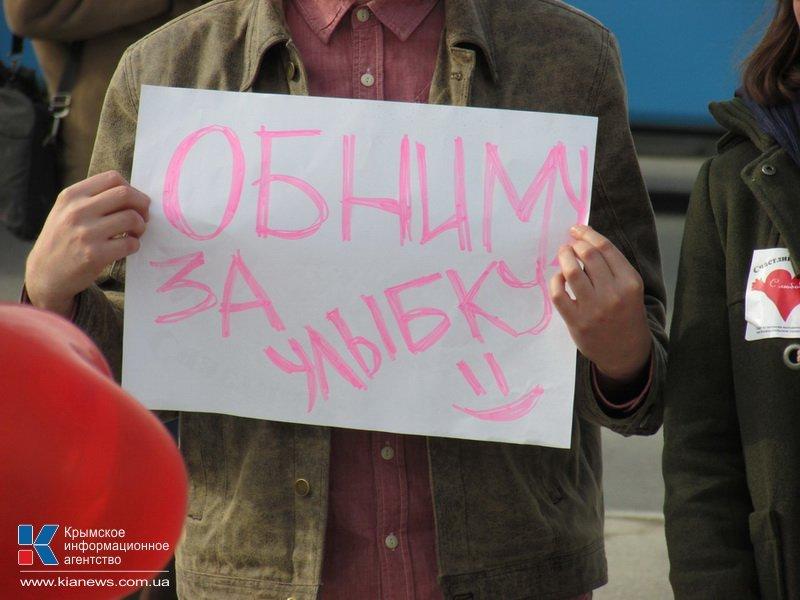 ФОТОРЕПОРТАЖ: В центре Симферополя  молодежь обнимала прохожих, фото-5